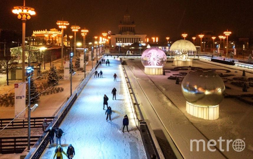 Отдыхающие на катке ВДНХ. Фото РИА Новости