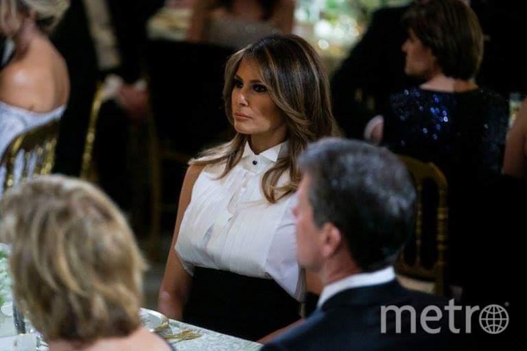 "Мелания Трамп слушает речь президента во время Губернаторского бала в Белом доме. Фото https://twitter.com/search?q=%20Governors%20Ball%20at%20The%20White%20House&src=typd, ""Metro"""
