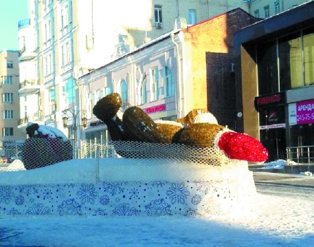 В Самаре на улице Ленинградской всеми любимый светящийся мишка упал на спину. Фото Руфина Ендовицкая, vk.com