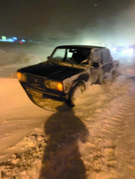 """На дорогах в пригородные посёлки Тольятти автомобили простояли в метель несколько часов. Фото Егор Важнов, """"Metro"""""""