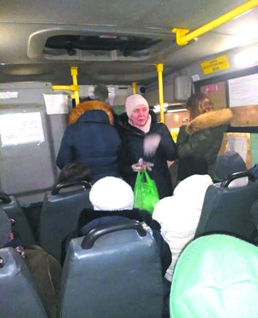 Жительница Подстёпок, пожелавшая остаться неизвестной, принесла застрявшим пассажирам маршрутки, чай, печенье и котлеты. Фото Елена Осипова, vk.com