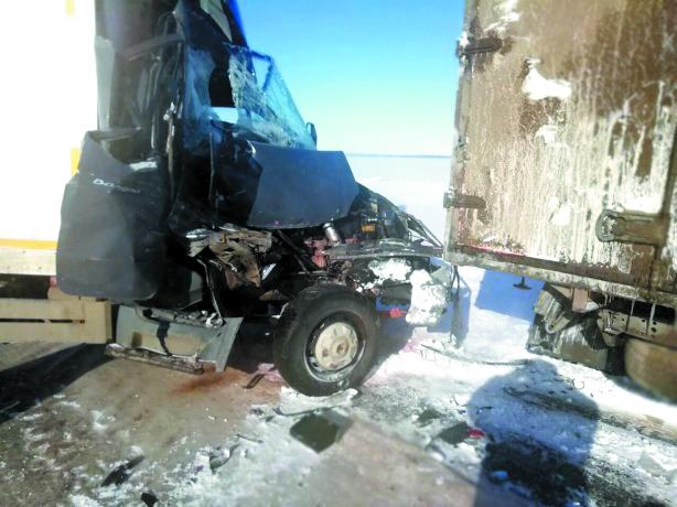 На трассе столкнулись десятки машин. Фото ГУ МВД России по Самарской области, vk.com