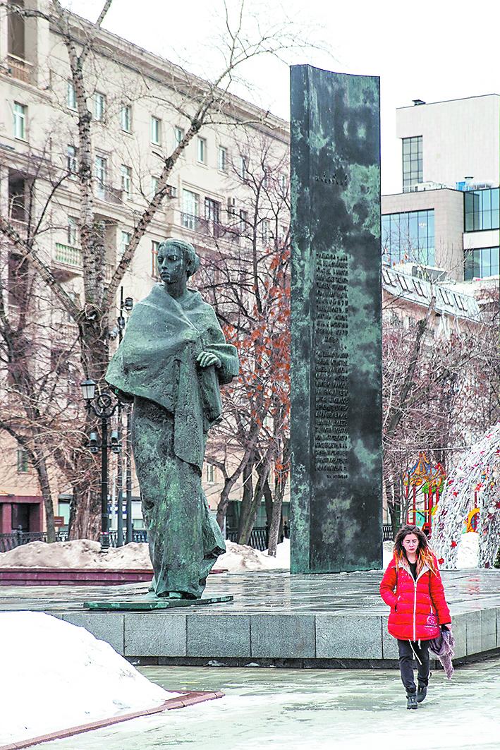Памятник Крупской стоит в самом начале Сретенского бульвара. Фото Василий Кузьмичёнок