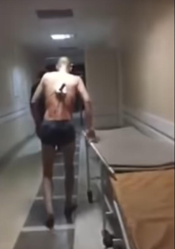Мужчина с нодом в спине пытается выйти на улицу. Фото Скриншот/Вечерняя Казань, Скриншот Youtube
