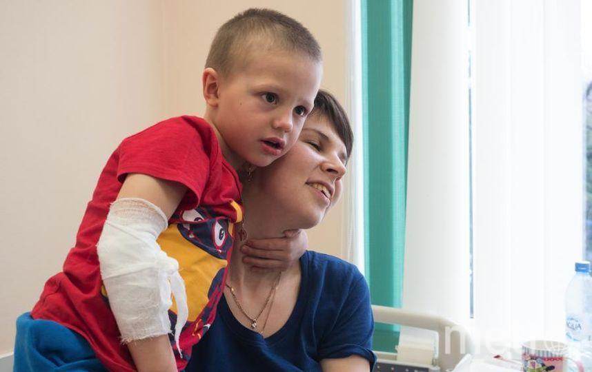 """Никита Уринов с мамой (справа). Фото Святослав Акимов, """"Metro"""""""