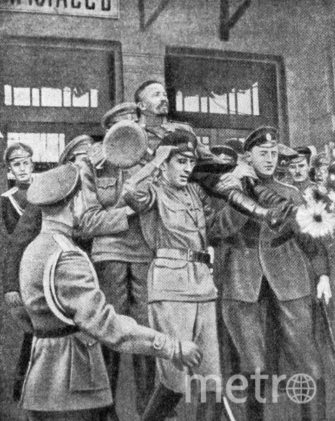 Сторонники несут на руках генерала Лавра Георгиевича Корнилова, прибывшего в Москву на Всероссийское государственное совещание. Фото РИА Новости