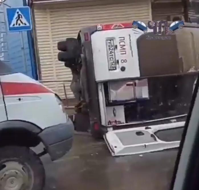"""На перекрестке джип на большой скорости врезался в """"скорую помощь"""". Фото скриншот https://www.instagram.com/chp_krd/"""