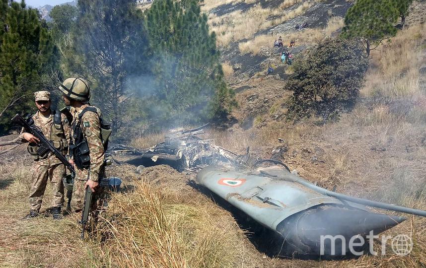 Индийские военные у обломков сбитого истребителя. Фото AFP
