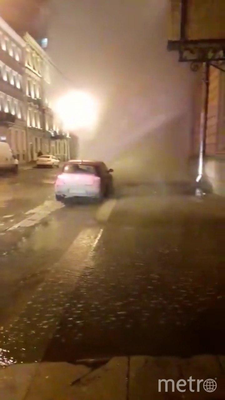 На Караванной улице ограничили движение из-за прорыва трубы: Видео. Фото Telegram/@Megapolisonline
