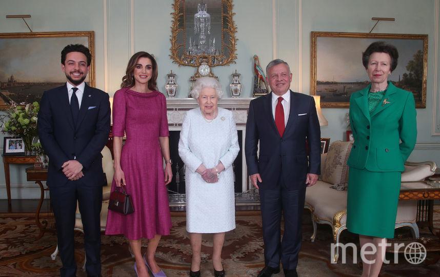 Встреча королевы Елизаветы II c королем и королевой Иордании. Справа - принцесса Анна, дочь Елизаветы, слева - наследный принц Хусейн. Фото Getty