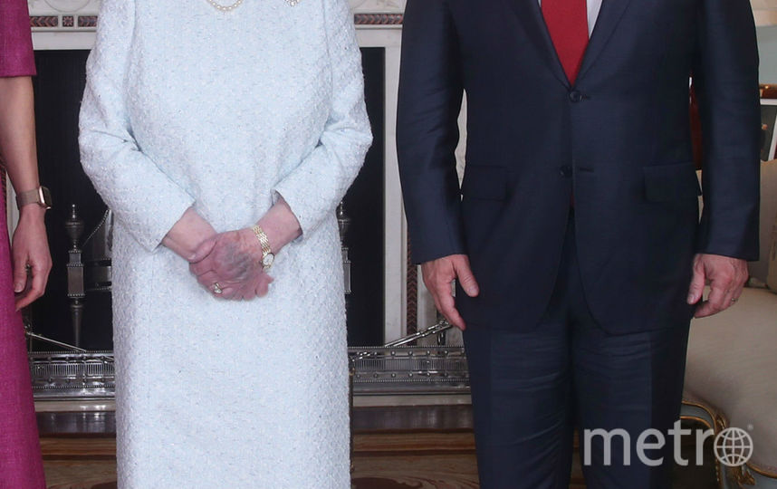 Рука королевы выглядит странно. Фото Getty