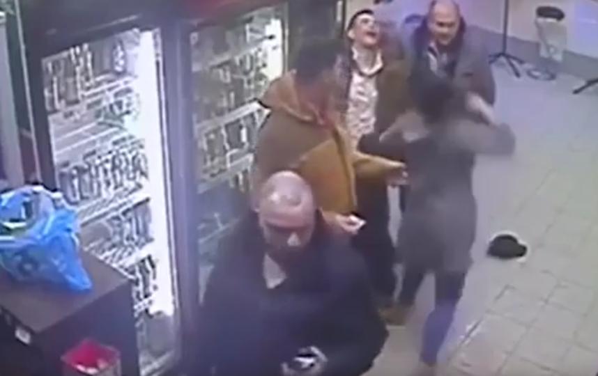 Продавщица успокаивает пьяного покупателя. Фото Скриншот, Скриншот Youtube