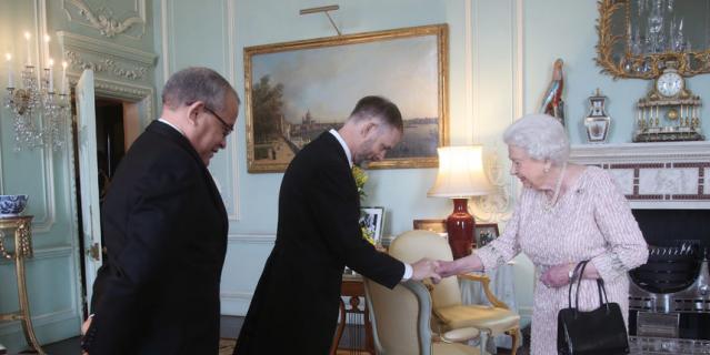 Это фото сделано 13 февраля. Левая рука королевы в полном порядке.