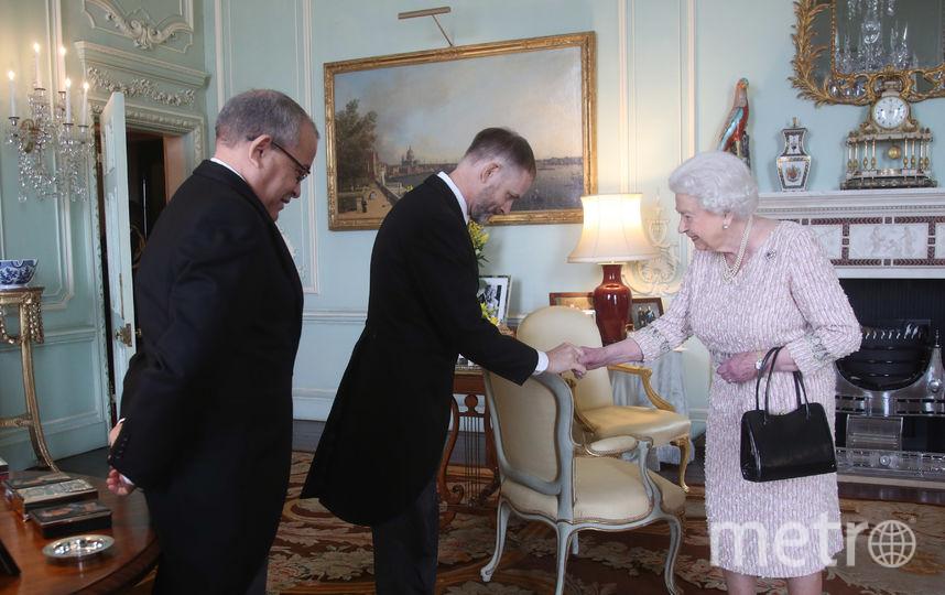 Это фото сделано 13 февраля. Левая рука королевы  в полном порядке. Фото Getty