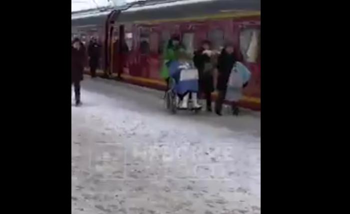 В Сети появилось видео, как Эдиту Пьеху везут по вокзалу в кресле-коляске. Фото скриншот видео  https://vk.com/nevnovpr