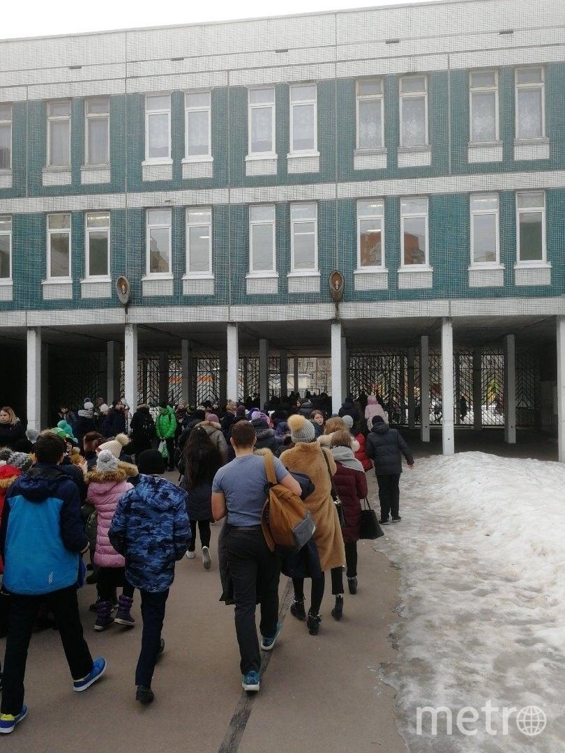 "Школу №375 эвакуировали в феврале 6 раз. Волна заминирований началась 31 января. Фото https://vk.com/spb_today, ""Metro"""