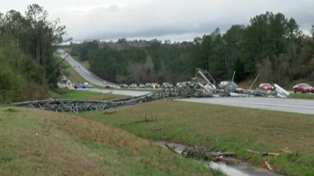 """Последствия торнадо в Алабаме. Фото скрин-шот, """"Metro"""""""