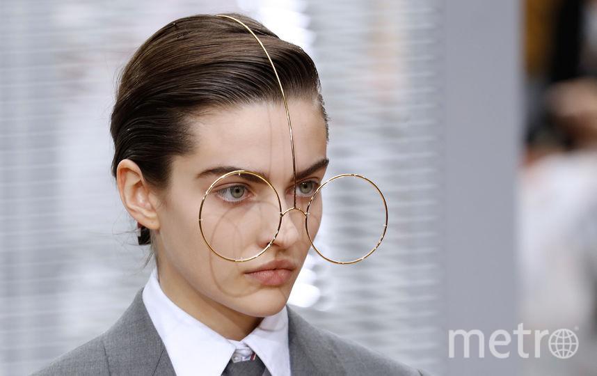 На показе американского модельера Тома Брауна модели выходили на подиум с такими очками. Весьма оригинально, не так ли? Фото AFP