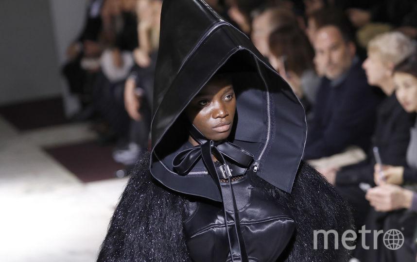 Креативный директор бренда Comme des Garcons также умеет удивлять. Наряды будто с другой планеты. Фото AFP