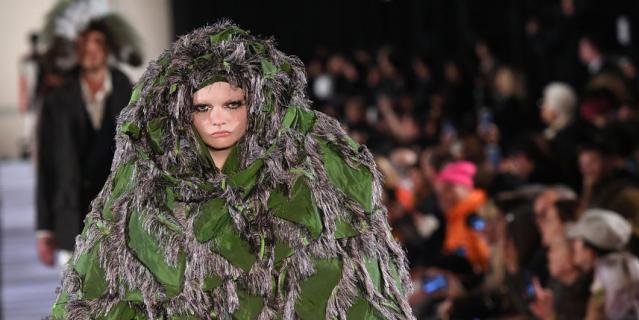 После показа британского дизайнера Вивьен Вествуд, эта модель может с лёгкостью маскироваться в лесу. Кстати, судя по её лицу, образ ей очень понравился.