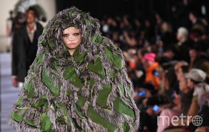 После показа британского дизайнера Вивьен Вествуд, эта модель может с лёгкостью маскироваться в лесу. Кстати, судя по её лицу, образ ей очень понравился. Фото AFP