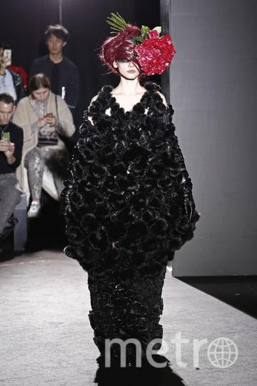 На показе Noir Kei Ninomiya модели стали цветами. А вы надели бы такое? Фото AFP