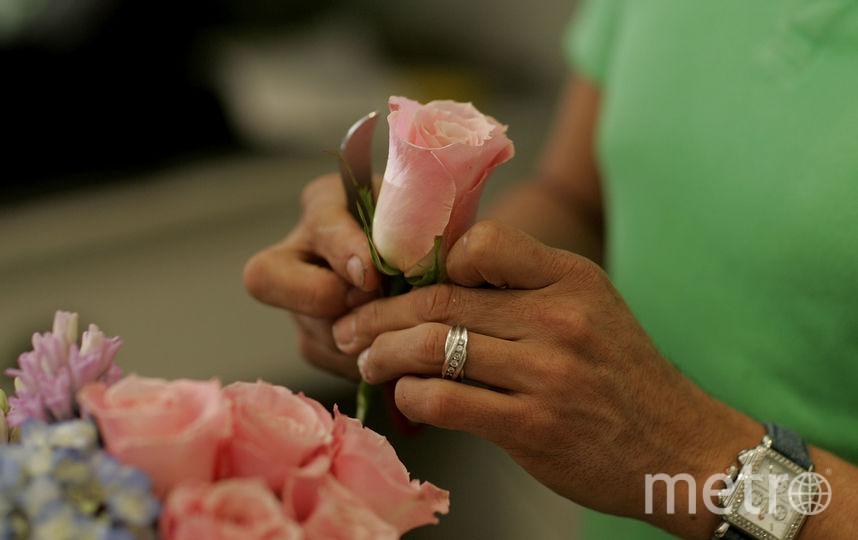 Розы и лилии нужно ставить в прохладную воду. Фото Getty