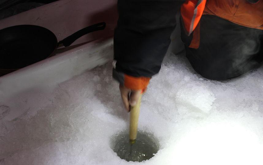 """Лунку нужно регулярно прочищать от снега и льда. Фото Дарья Есенина., """"Metro"""""""