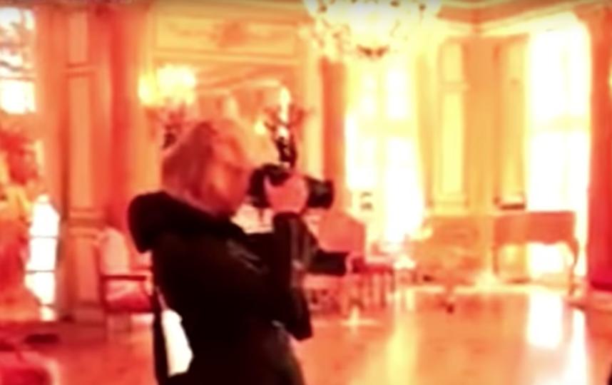 Актрисы в образах Меган Маркл и Кейт Миддлтон устроили драку. Фото Скриншот/The AIO Entertainment, Скриншот Youtube