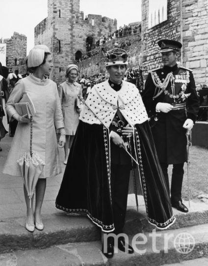 Елизавета II проводит процедуру инвеституры Чарльза, объявляя его принцем Уэльским в 1969 году. Фото Getty