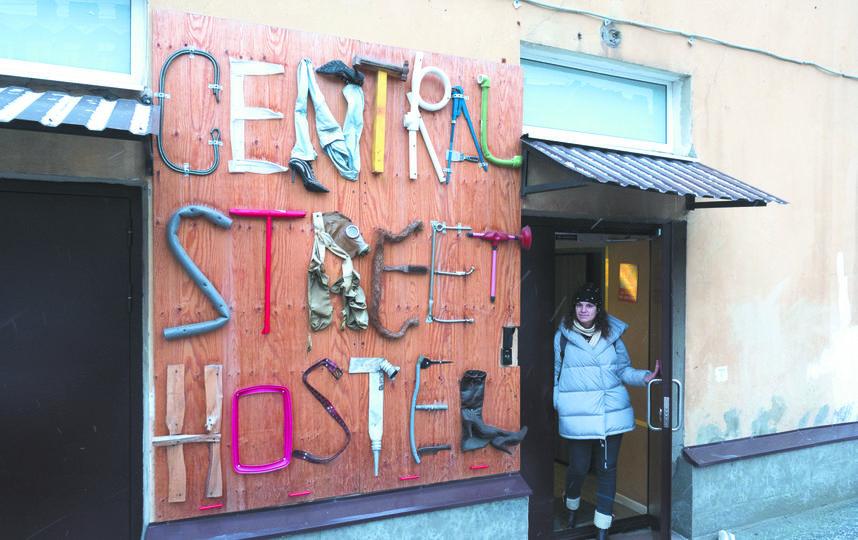 Большинство хостелов Петербурга расположены в жилых исторических зданиях. Делать в них отдельные входы для гостиниц вряд ли кто-то разрешит. Фото Святослав Акимов