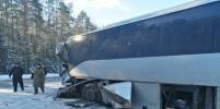 В ДТП с автобусом и иномаркой на трассе Кола погиб один человек: фото страшной аварии