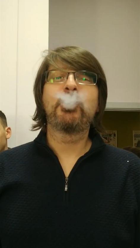 Наш редактор отдела «Россия» пробует попкорн, залитый жидким азотом. Фото Василий Кузьмичёнок
