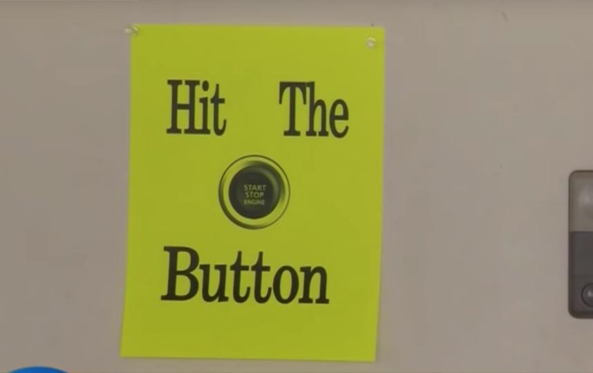 Напоминание выклучить двигатель машины. Фото Скриншот/CBS Miami, Скриншот Youtube