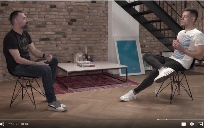 Юрий Дудь во время интервью с Михаилом Идовым. Фото скриншот https://www.youtube.com/watch?v=kiu2CSB1JMw