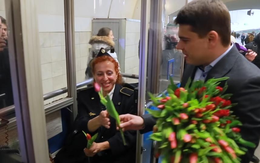 Эдгард и Аскольд Запашные подарили несколько сотен тюльпанов представительницам прекрасного пола. Фото Скриншот, Скриншот Youtube