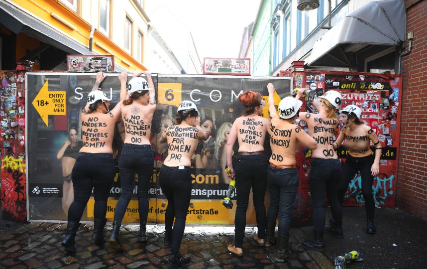 Феминистки обнажились и вышли на улице. Акция в Гамбурге. Фото AFP