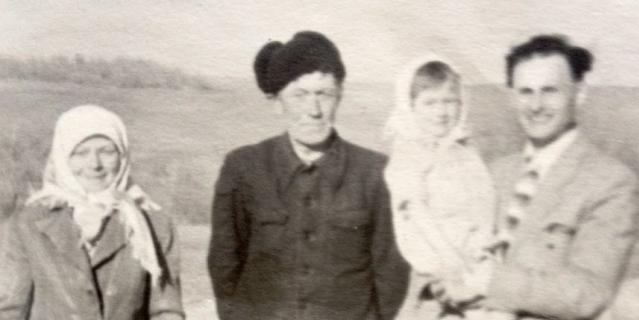 Молодой инженер из Энгельса Гелий Непогодин примчался на поле на велосипеде, как только услышал о месте приземления Гагарина. Он попросил сфотографировать его с людьми, встретившими первого космонавта. Для памятного снимка он взял Риту на руки, в кадр также попали бабушка и дедушка девочки.