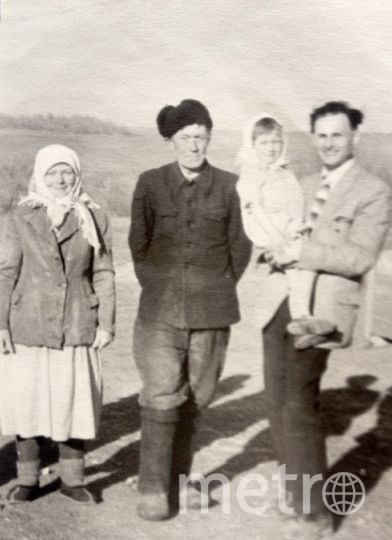 Молодой инженер из Энгельса Гелий Непогодин примчался на поле на велосипеде, как только услышал о месте приземления Гагарина. Он попросил сфотографировать его с людьми, встретившими первого космонавта. Для памятного снимка он взял Риту на руки, в кадр также попали бабушка и дедушка девочки. Фото предоставила Ольга Непогодина