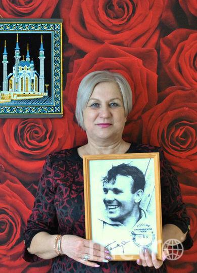 Рита и портрет Юрия Гагарина. Фото предоставила Рита Кудашёва