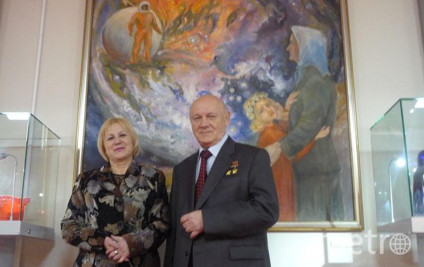 Рита (слева) на фоне картины, на которой изображён тот самый день. Фото предоставила Рита Кудашёва