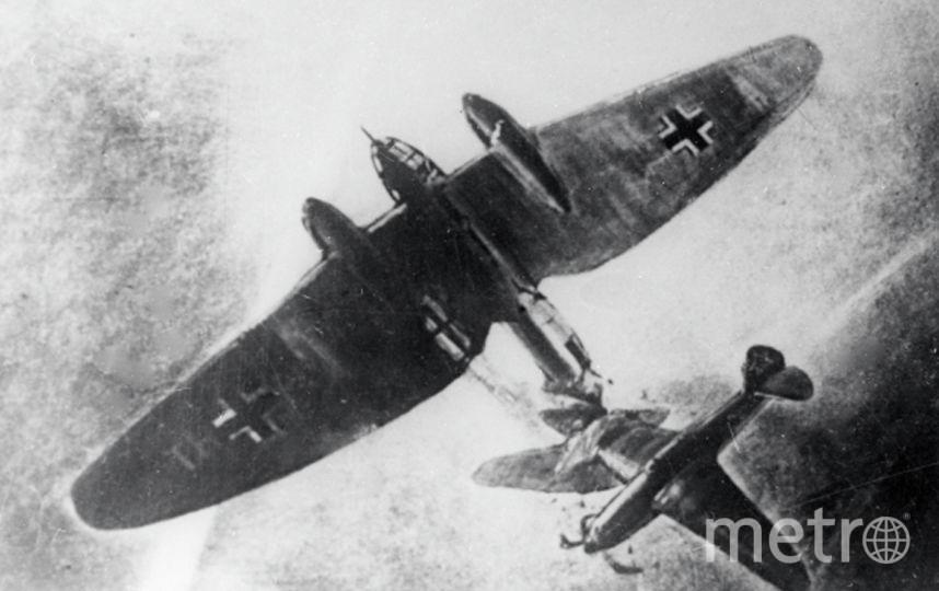 Самолет младшего лейтенанта Виктора Талалихина таранит фашистский бомбардировщик. Фото РИА Новости