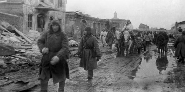 Солдаты освобождают Гжатск, где после Клушино поселится семья Гагариных.