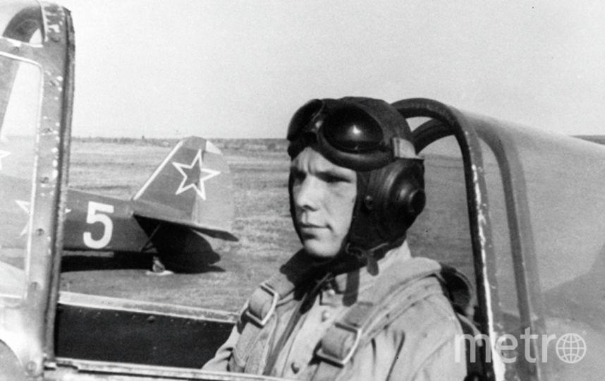Гагарин на спортивном самолете аэроклуба ДОСААФ города Саратова. Фото РИА Новости
