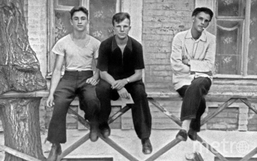 Юрий Гагарин (в центре) - учащийся Саратовского индустриального техникума с друзьями. Фото РИА Новости