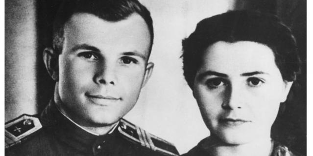 Курсант Гагарин и его супруга Валентина.