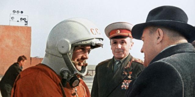 Последние напутствия главного конструктора Сергея Павловича Королева (справа) Юрию Гагарину перед стартом.