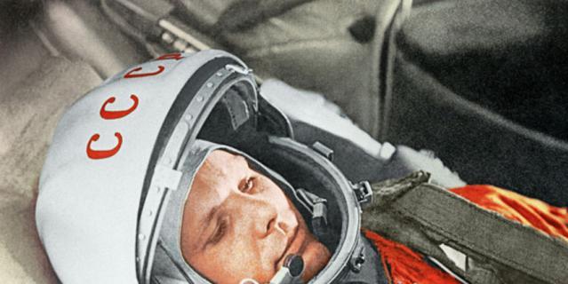 """Гагарин в космическом корабле """"Восток""""."""