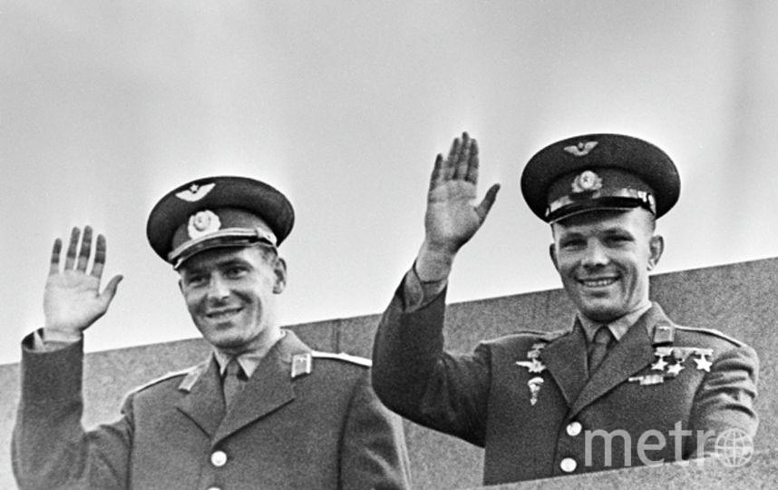 Лётчики-космонавты СССР - Юрий Гагарин (справа) и Герман Титов на трибуне Мавзолея В. И. Ленина на Красной площади в Москве. Фото РИА Новости
