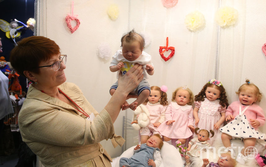 Наталья Кулюгина и её реборны на Международном салоне кукол, который прошёл в минувшие выходные на Тишинке. Фото Василий Кузьмичёнок